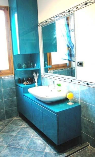 Arredo bagno in frassino colorato - Falegnameria Scala
